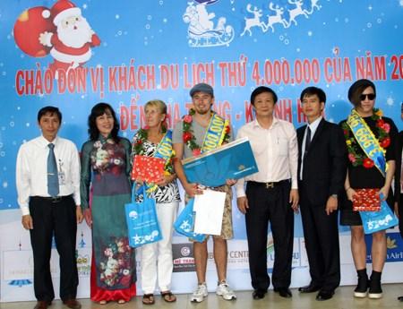 Khanh Hoa accueille son quatre millionieme touriste en 2015 hinh anh 1