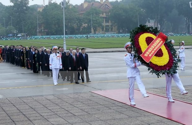 Les dirigeants rendent hommage au President Ho Chi Minh hinh anh 1