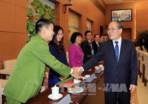 Le President de l'AN Nguyen Sinh Hung rencontre de jeunes medecins hinh anh 1