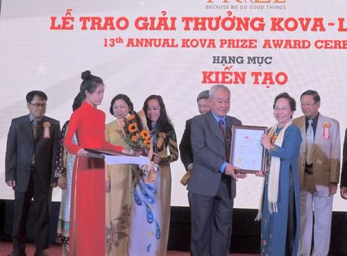Remise du prix KOVA aux scientifiques et etudiants exemplaires hinh anh 1