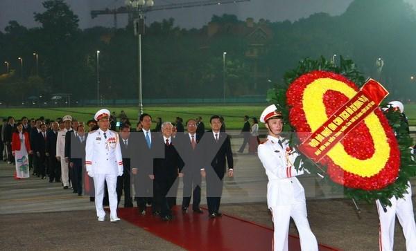 Les delegues au 12e Congres national du PCV rendent hommage au President Ho Chi Minh hinh anh 1
