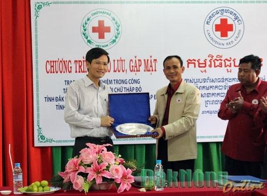 Dak Nong et Mondulkiri : promotion de la cooperation entre les Croix-Rouge hinh anh 1