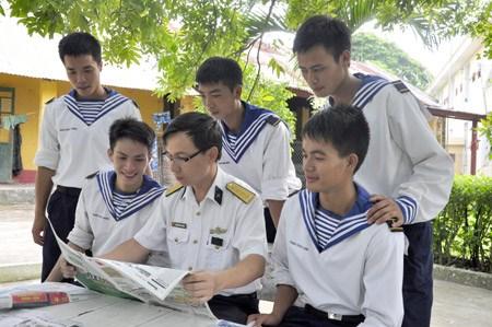 Des journaux offerts aux soldats en poste a la frontiere et sur les iles hinh anh 1