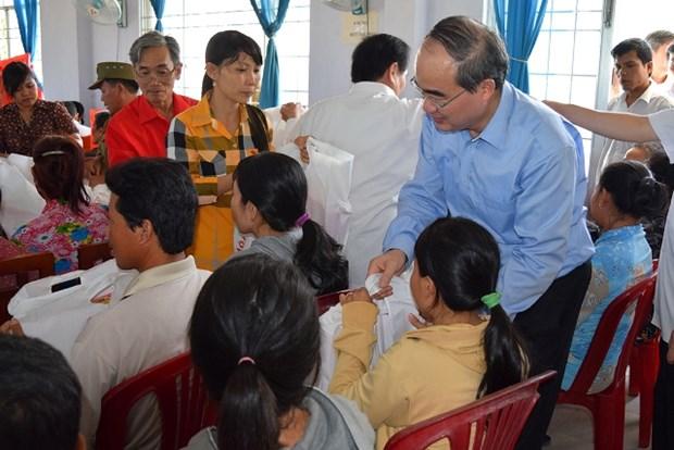 Tet traditionnel : remise de cadeaux a des familles pauvres et a des dignitaires hinh anh 1