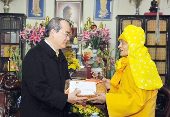 Le president du CC du FPV formule ses vœux du Tet au venerable Thich Pho Tue hinh anh 1