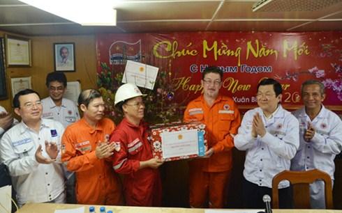 Tet : M. Truong Tan Sang presente ses vœux a des cadres de Vietsovpetro hinh anh 2