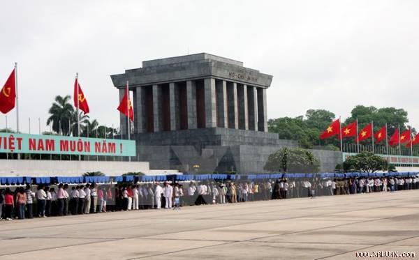 Tet : plus de 63.000 visiteurs au mausolee de Ho Chi Minh hinh anh 1