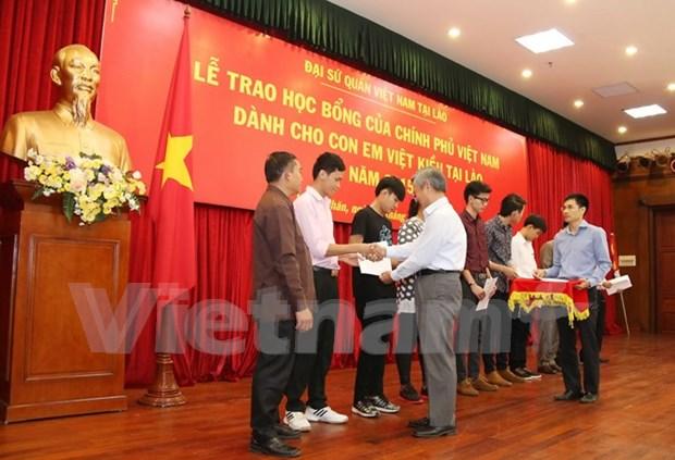 Remise de bourses d'etude a des Vietnamiens au Laos hinh anh 1