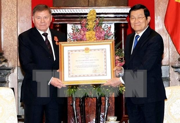 Le president de la Cour supreme russe decore par Truong Tan Sang hinh anh 1