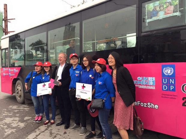 Un bus parcourt Hanoi pour la promotion de l'egalite des sexes aupres des jeunes hinh anh 1