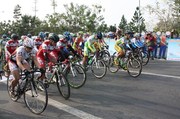 Depart de la course cycliste internationale feminine de Binh Duong 2016 hinh anh 1