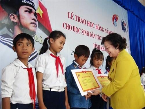 Des bourses pour des eleves d'ethnies minoritaires dans la province de Khanh Hoa hinh anh 1