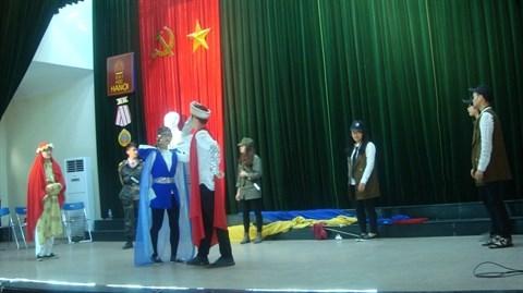 Des etudiants vietnamiens presentent le spectacle Amphitrychou hinh anh 1