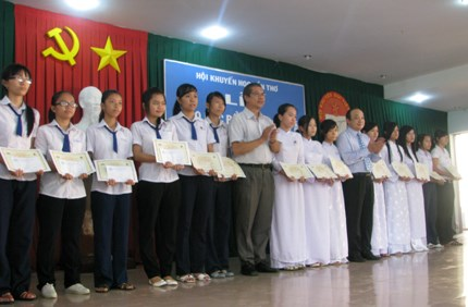 Remise de bourses d'etude a Can Tho et An Giang hinh anh 1