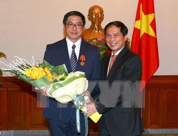 L'ambassadeur singapourien decore de l'Ordre de l'Amitie hinh anh 1
