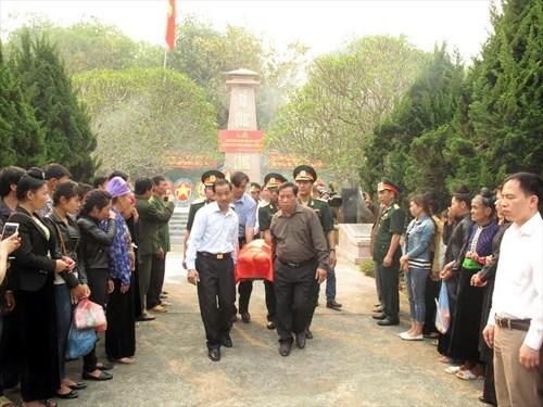 Inhumation des restes de soldats tombes au Laos a Dien Bien hinh anh 1