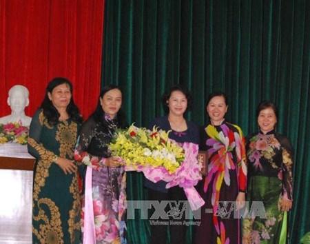 La presidente de l'AN rencontre des femmes dirigeantes de Ben Tre hinh anh 1