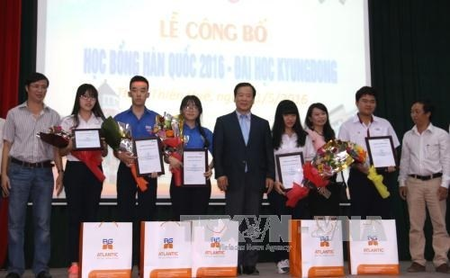 La R. de Coree remet des bourses aux eleves de Thua-Thien Hue hinh anh 1