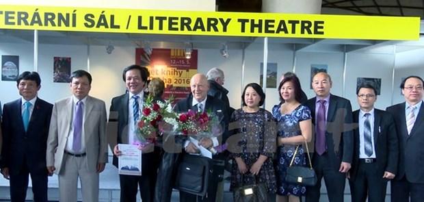 Le grand Dictionnaire tcheque-vietnamien prime par JTP hinh anh 1
