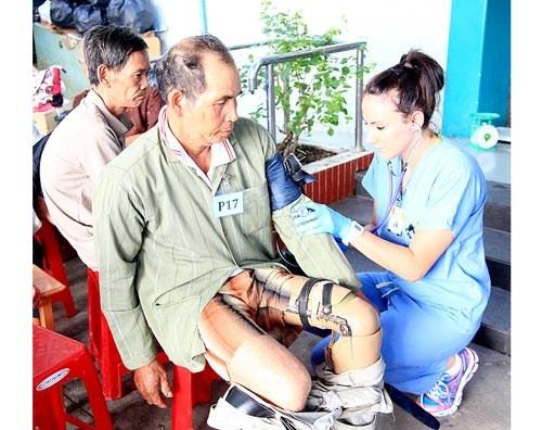 Aides medicales americaines pour des pauvres a Ben Tre hinh anh 1