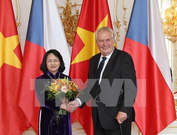 La vice-presidente du Vietnam rencontre des dirigeants tcheques hinh anh 1