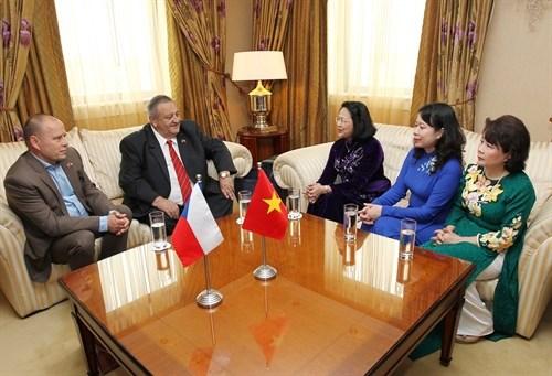 Renforcement de la cooperation entre les partis communistes vietnamien et tcheque hinh anh 2