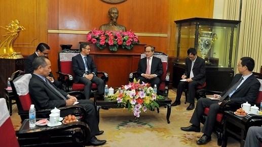 Le President du FPV recoit l'ambassadeur du Laos au Vietnam hinh anh 2