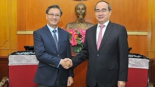 Le President du FPV recoit l'ambassadeur du Laos au Vietnam hinh anh 1