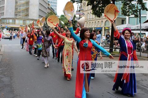 De nombreux Vietnamiens a la Parade des cultures en Allemagne hinh anh 1