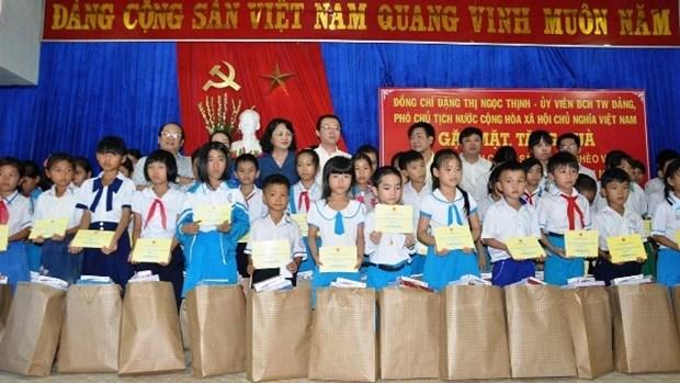 Dang Thi Ngoc Thinh remet des cadeaux a des familles pauvres du Centre hinh anh 1