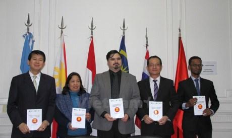 Un livre d'essais primes sur l'ASEAN presente en Argentine hinh anh 1