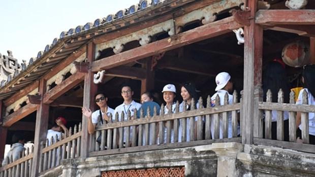 Les jeunes Viet kieu visitent deux provinces centrales hinh anh 1