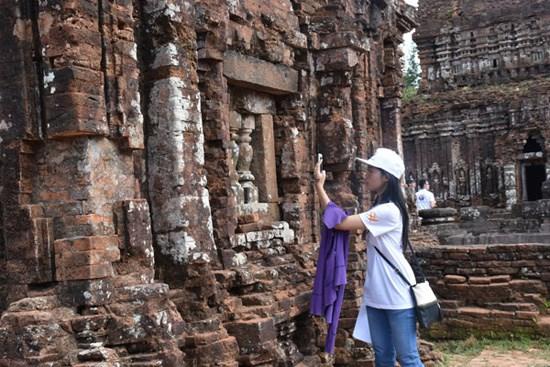Les jeunes Viet kieu visitent deux provinces centrales hinh anh 2