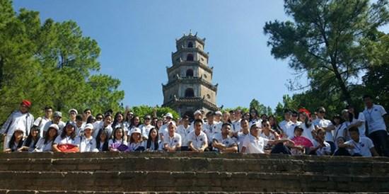 Les jeunes Viet kieu visitent deux provinces centrales hinh anh 3