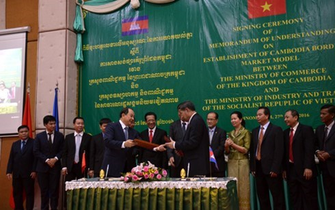 Vietnam et Cambodge signent un memorandum sur la construction d'un marche frontalier modele hinh anh 1