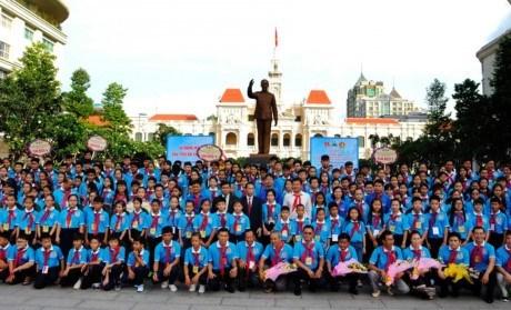 Les dirigeants de HCM-Ville rencontrent des enfants exemplaires d'Asie du Sud-Est hinh anh 1