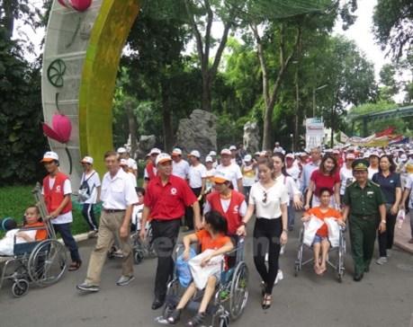 Plus de 5.000 personnes marchent pour les victimes de l'agent orange hinh anh 1