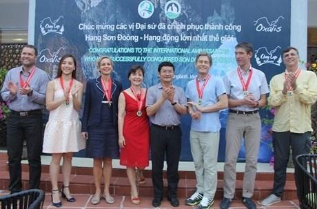 Cinq cents touristes conquierent avec succes la grotte Son Doong hinh anh 3