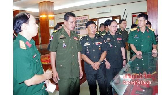 Une delegation de l'Armee royale du Cambodge en tournee a Nghe An hinh anh 1