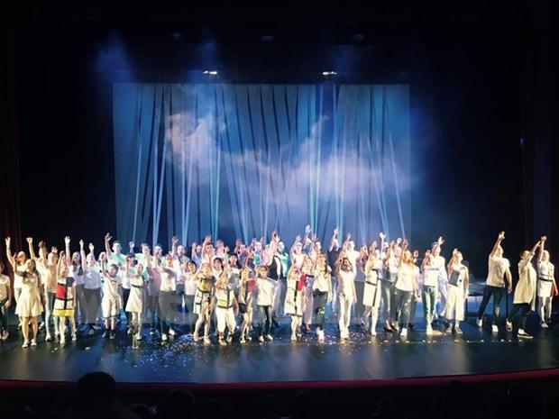 Trois adolescents vietnamiens jouent dans une comedie musicale a Moscou hinh anh 1