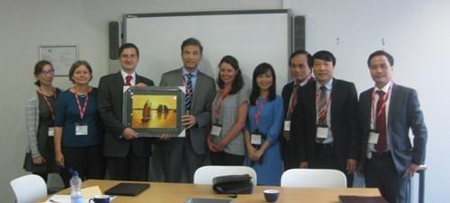 Une delegation du PCV en visite de travail au Royaume-Uni hinh anh 1