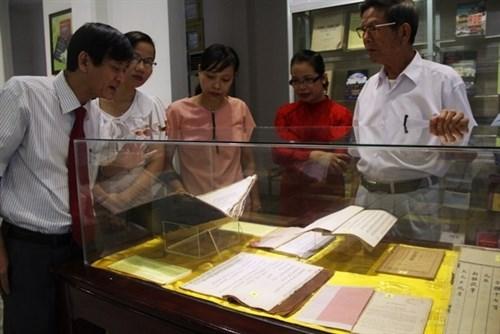 Exposition de livres sur la culture et l'histoire de Hue hinh anh 1