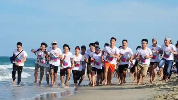 Plus de 6.000 participants aux «Pieds nus le long de la mer» a Da Nang hinh anh 1