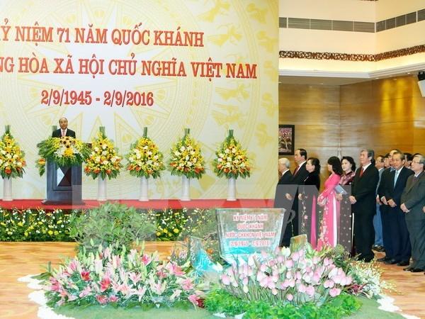 Le PM Nguyen Xuan Phuc donne un banquet a l'occasion de la Fete nationale hinh anh 1