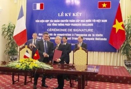 Vietnam-France : signature d'un memorandum dans le secteur du transport et des communications hinh anh 1