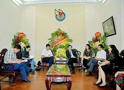 Visite de travail de journalistes vietnamiens en Chine hinh anh 1