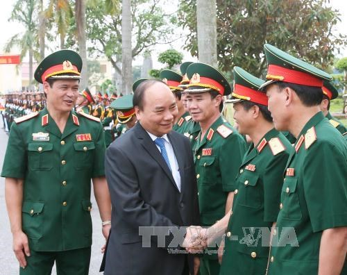 Le PM Nguyen Xuan Phuc travaille avec les cadres et soldats de la 3e zone militaire hinh anh 1