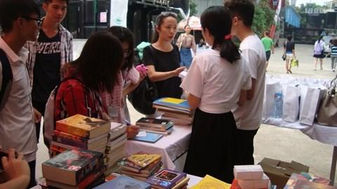 La premiere Journee d'echange de livres a Hanoi hinh anh 1