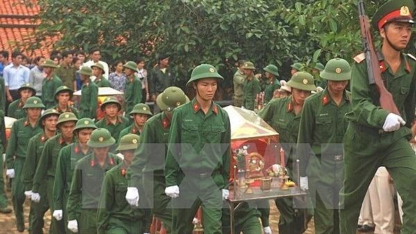 Binh Phuoc: inhumation des restes de 111 soldats morts pendant la guerre hinh anh 1