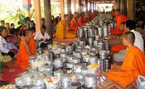 Felicitations aux Khmers en l'honneur de la fete Sene Dolta a Vinh Long hinh anh 1